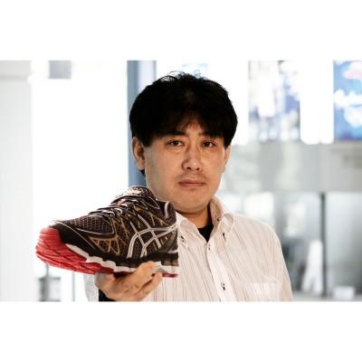 Toshikazu Kayano mit dem Gel-Kayano 20 Laufschuh black/gold 2013 von ASICS