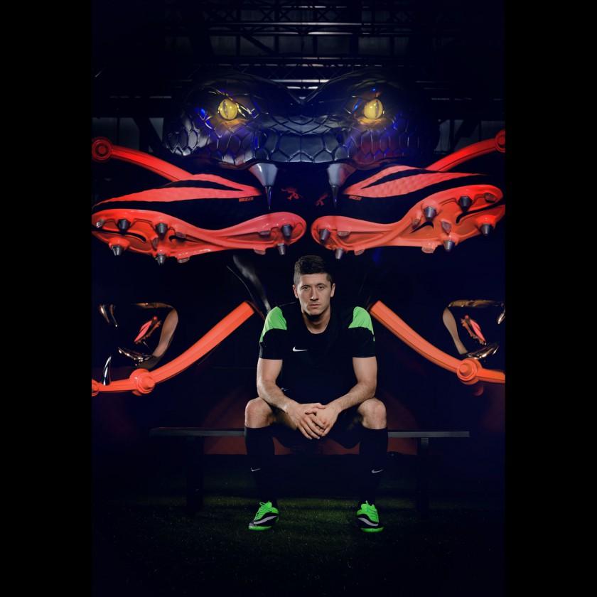 Robert Lewandowski mit seinem neuen Fussballschuh, dem Hypervenom Phantom grün/schwarz 2013 von Nike