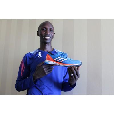 Wilson Kipsang mit seinem Marathon-Weltrekord-Laufschuh adizero adios 2 2013 von adidas