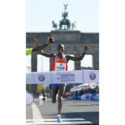 Wilson Kipsang beim Zieleinlauf des 40. Berlin-Marathon mit seinen adizero adios 2 Laufschuhen mit Continental-Laufsohle 2013