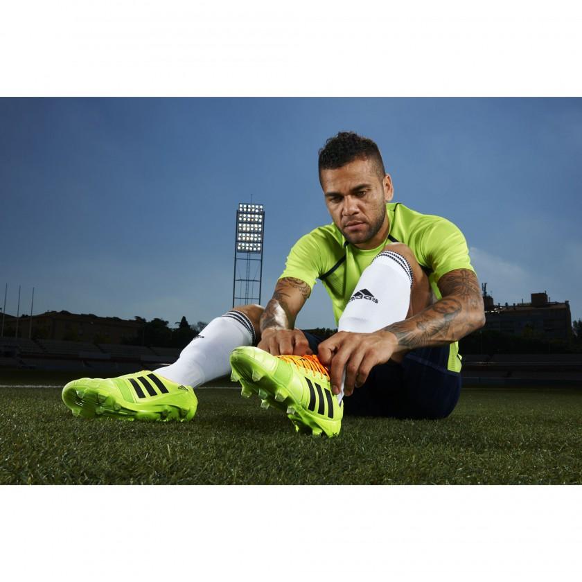 Dani Alves in seinem neuen nitrocharge 1.0 Fussballschuh - Samba Edition hellgrün 2013 von adidas