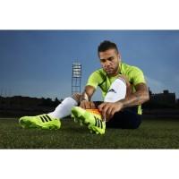 Dani Alves in seinem neuen nitrocharge 1.0 Fussballschuh - Samba Edition hellgrn 2013 von adidas