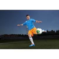Lionel Messi in seinen neuen adizero F50 Fussballschuhen - Samba Edition blau 2013 von adidas