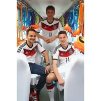 Thomas Mller, Julian Draxler und Fan im neuen DFB-Heim-Trikot fr die Fussball-Weltmeisterschaft 2014 von adidas