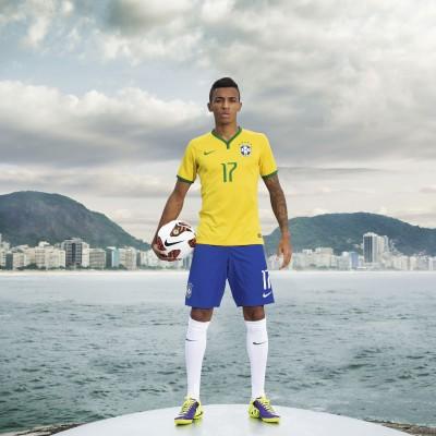 Luiz Gustavo im neuen Home Kit der brasilianischen Nationalmannschaft fr die WM 2014 von Nike