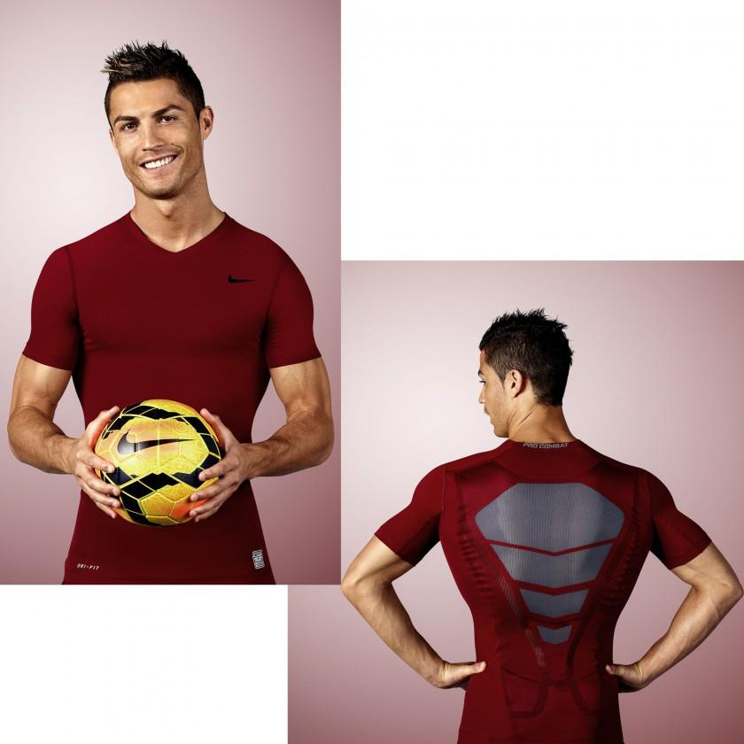 Cristiano Ronaldo in der Nike Pro Combat Hypercool Compression Funktionswäsche in den Farben Portugals 2013