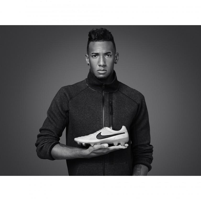 Jerome Boateng mit seinem neuen Tiempo Legend V Fußballschuh 2013 von Nike