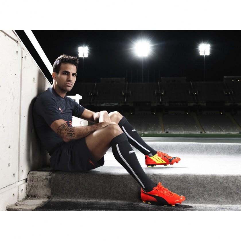 Cesc Fbregas sitzend im neuen evoPOWER Fußballschuh 2014 von PUMA