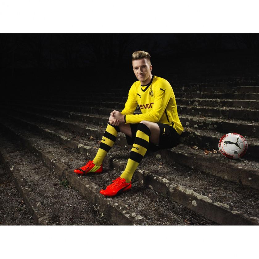 Marco Reus sitzend im neuen evoPOWER Fuballschuh 2014 von PUMA