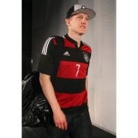 Bastian Schweinsteiger im neuen Auswrtstrikot der deutschen Nationalmannschaft fr 2014 von adidas
