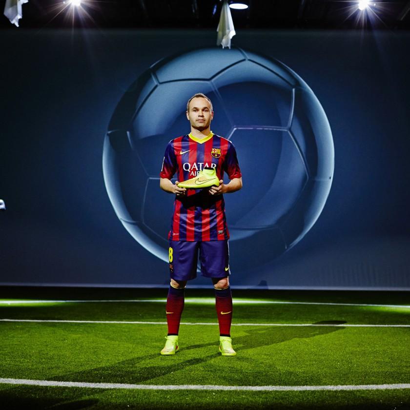 Andres Iniesta im Trikot des FC Barcelona und im Magista Fussballschuh 2014 von Nike