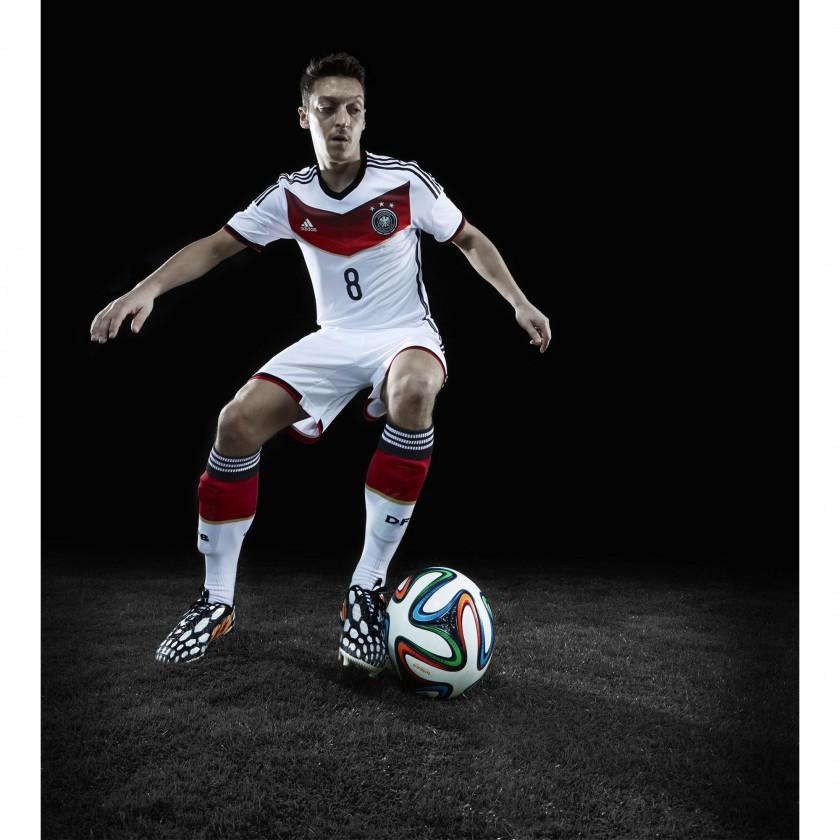 Mesut zil im Predator Battle Pack u. im Trikot der deutschen Nationalmannschaft 2014 von adidas