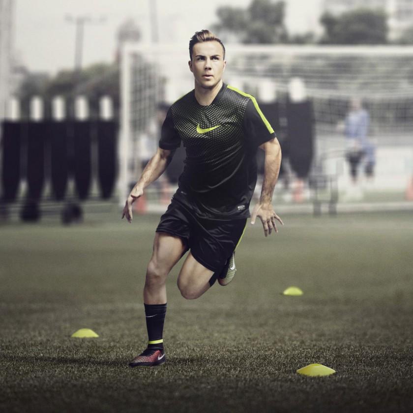 Mario Götze im Magista Obra Fußballschuh black/volt/hyperpunch/white 2014 von Nike