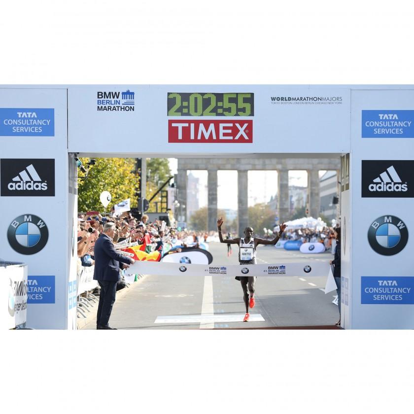 Marathon Weltrekord in Berlin 2014: Dennis Kimetto kurz vor dem Zieleinlauf in seinen adizero Adios BOOST 2.0 Laufschuhen von adidas