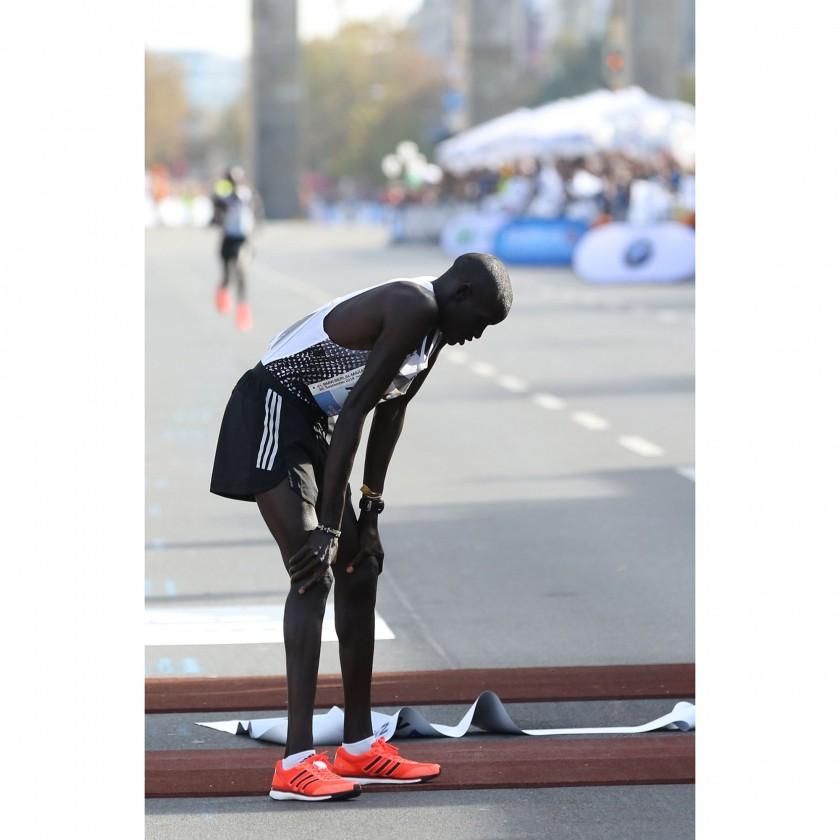 Dennis Kimetto erschpft im Ziel bei seinem Marathon Weltrekord in Berlin 2014 in seinen adizero Adios BOOST 2.0 Laufschuhen von adidas