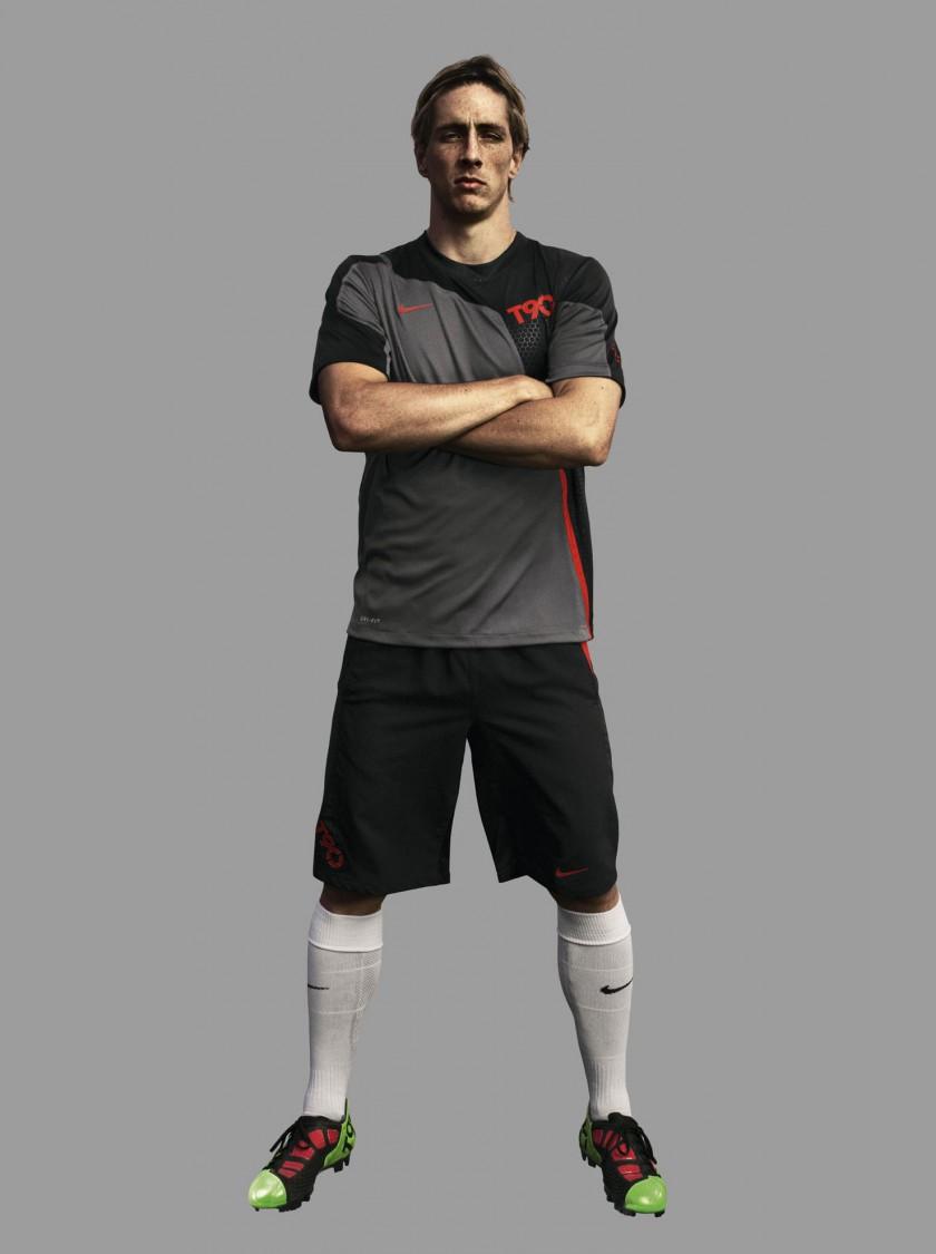 Fernando Torres prsentiert den Fuballschuh Total90 Laser III von NIKE