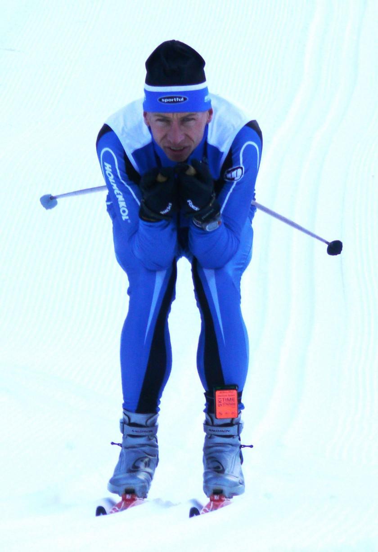 Ein Transponder am Bein des Skifahrers misst die genaue Geschwindigkeit. So finden die Forscher heraus, welches Wachs den Ski schneller macht.  Fraunhofer IWM