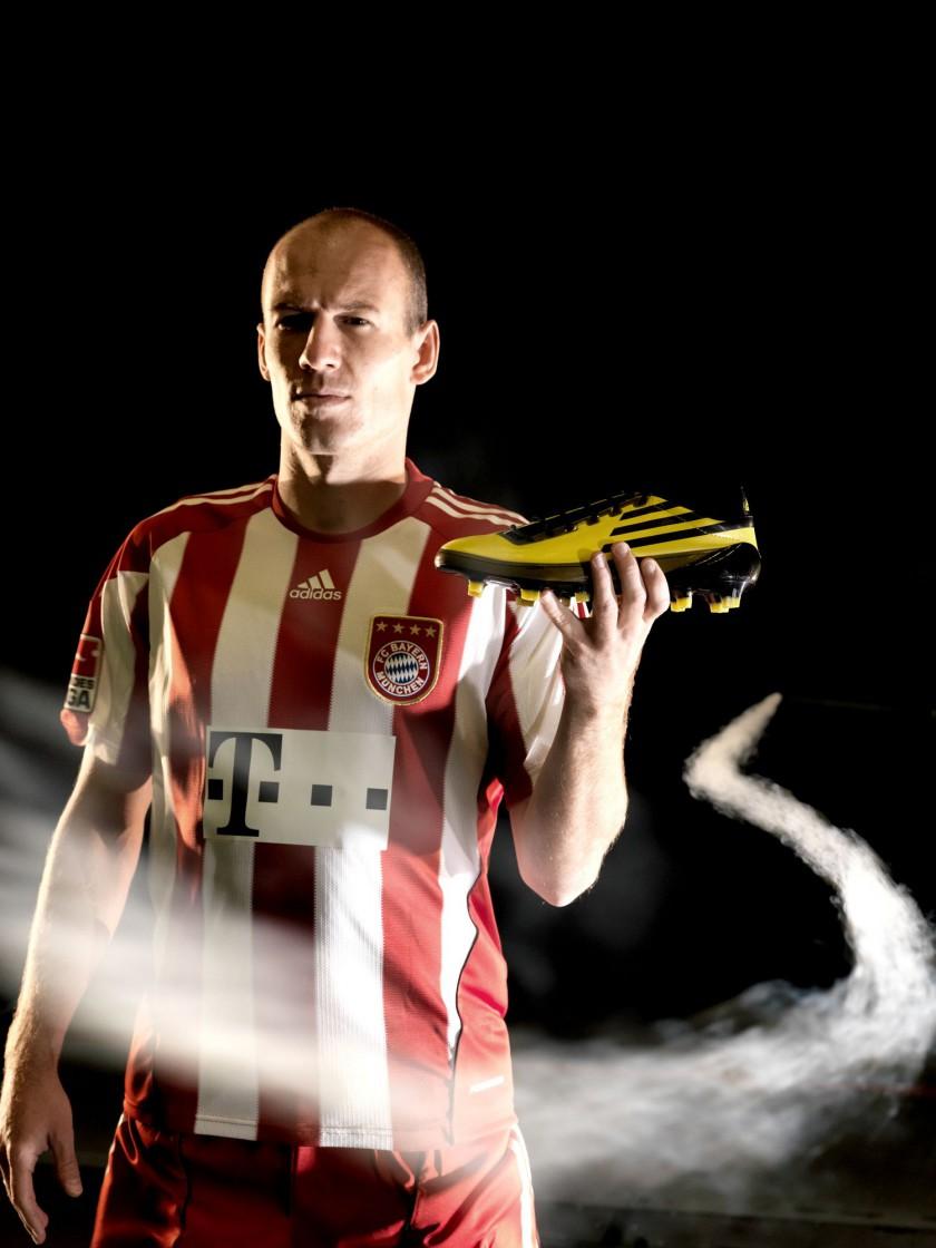Arjen Robben mit seinem neuen Fußballschuh, dem F50 adiZero von adidas