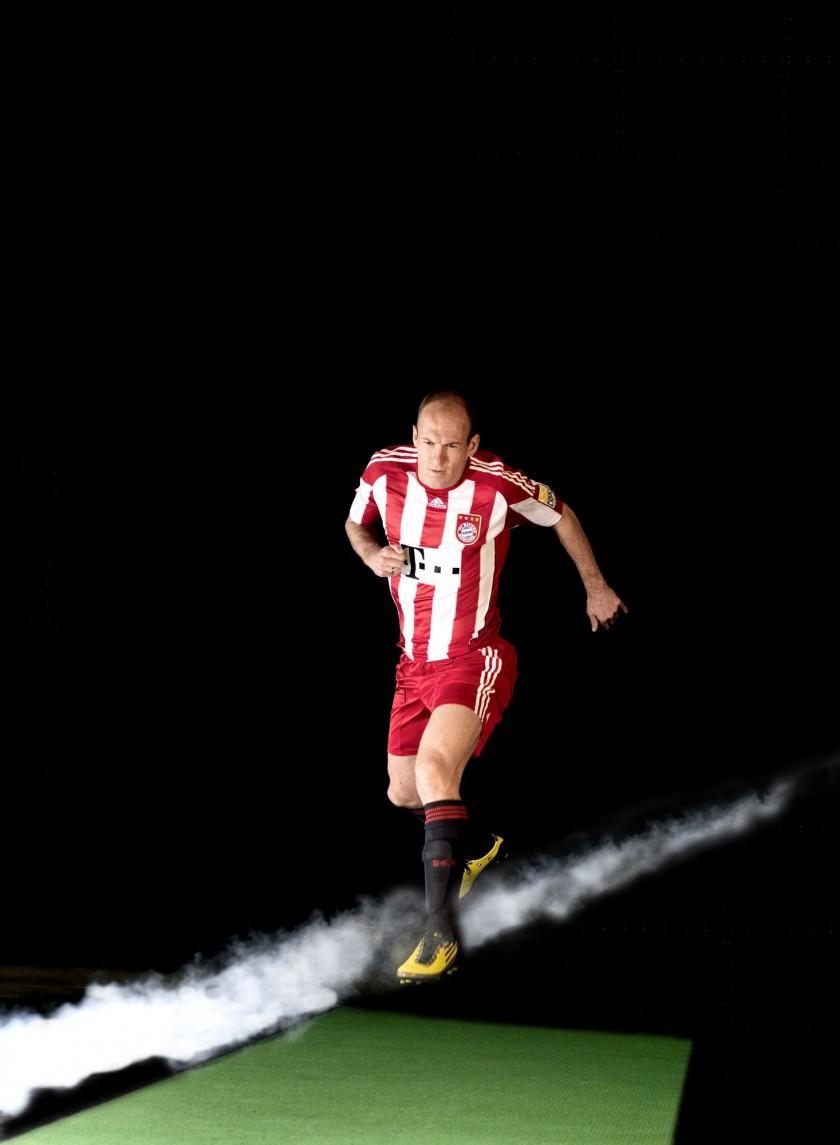 Arjen Robben mit seinem neuen Fußballschuh, dem F50 adiZero von adidas im Windkanal