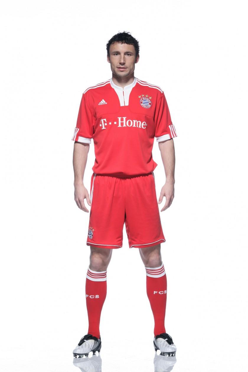 Mark van Bommel im neuen FC Bayern München Heimtrikot von adidas