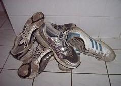 Die alten Schlappen sind ans Herz gewachsen. Irgendwann sollte man sich jedoch darüber Gedanken machen, ob sich der Kauf eines neuen Laufschuhpaares lohnen würde.
