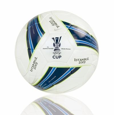 UEFA Cup Finale  Nike stellt den Ball fr das Endspiel